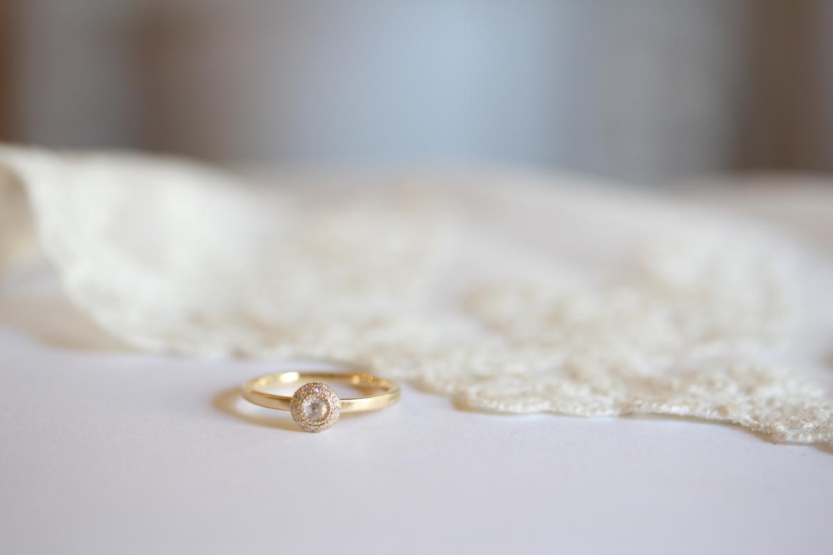 花束をイメージした婚約指輪
