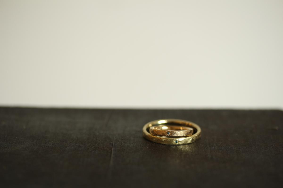 外側におすすめの色石を留めた結婚指輪