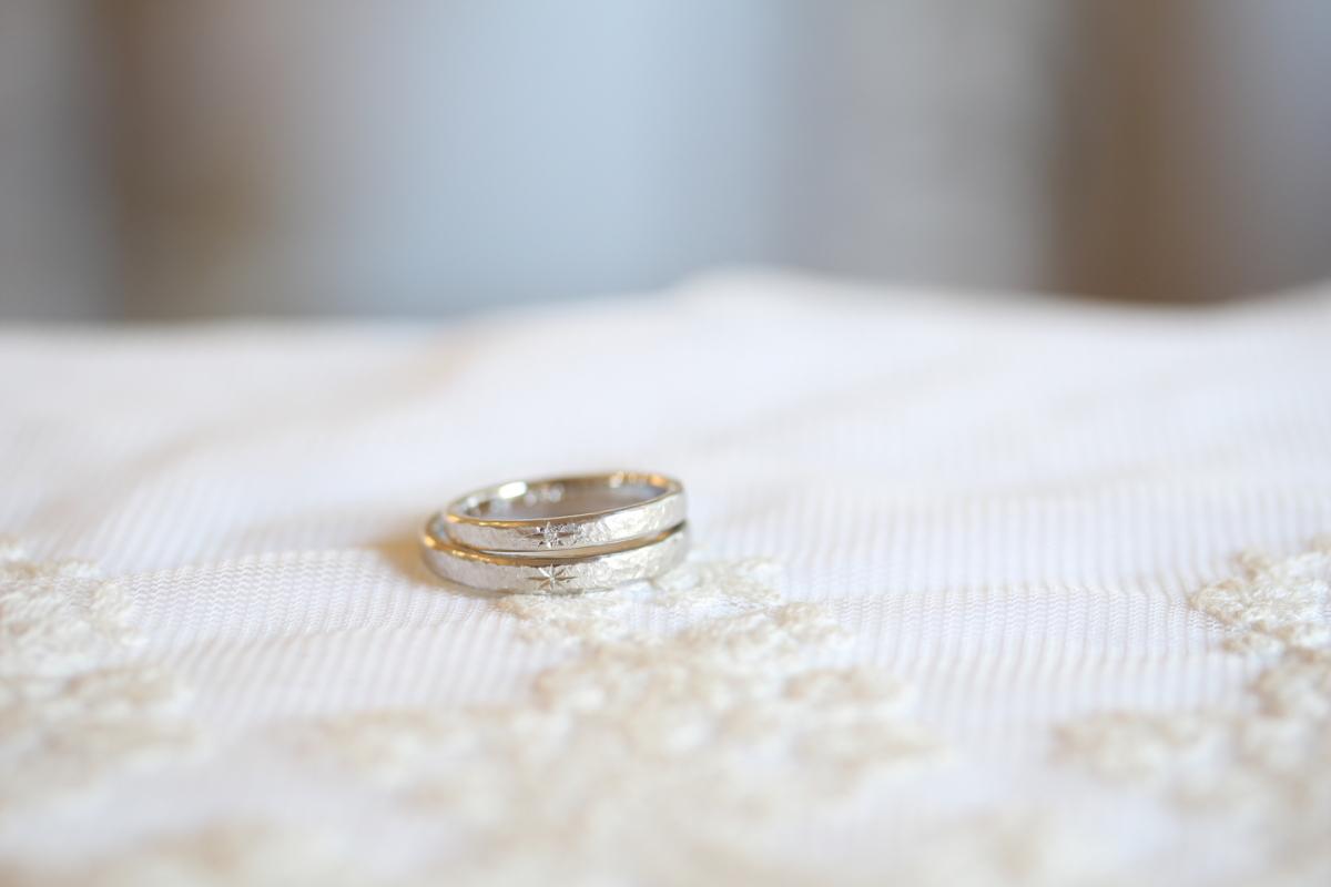 星留めダイヤモンドと星彫りの入った結婚指輪