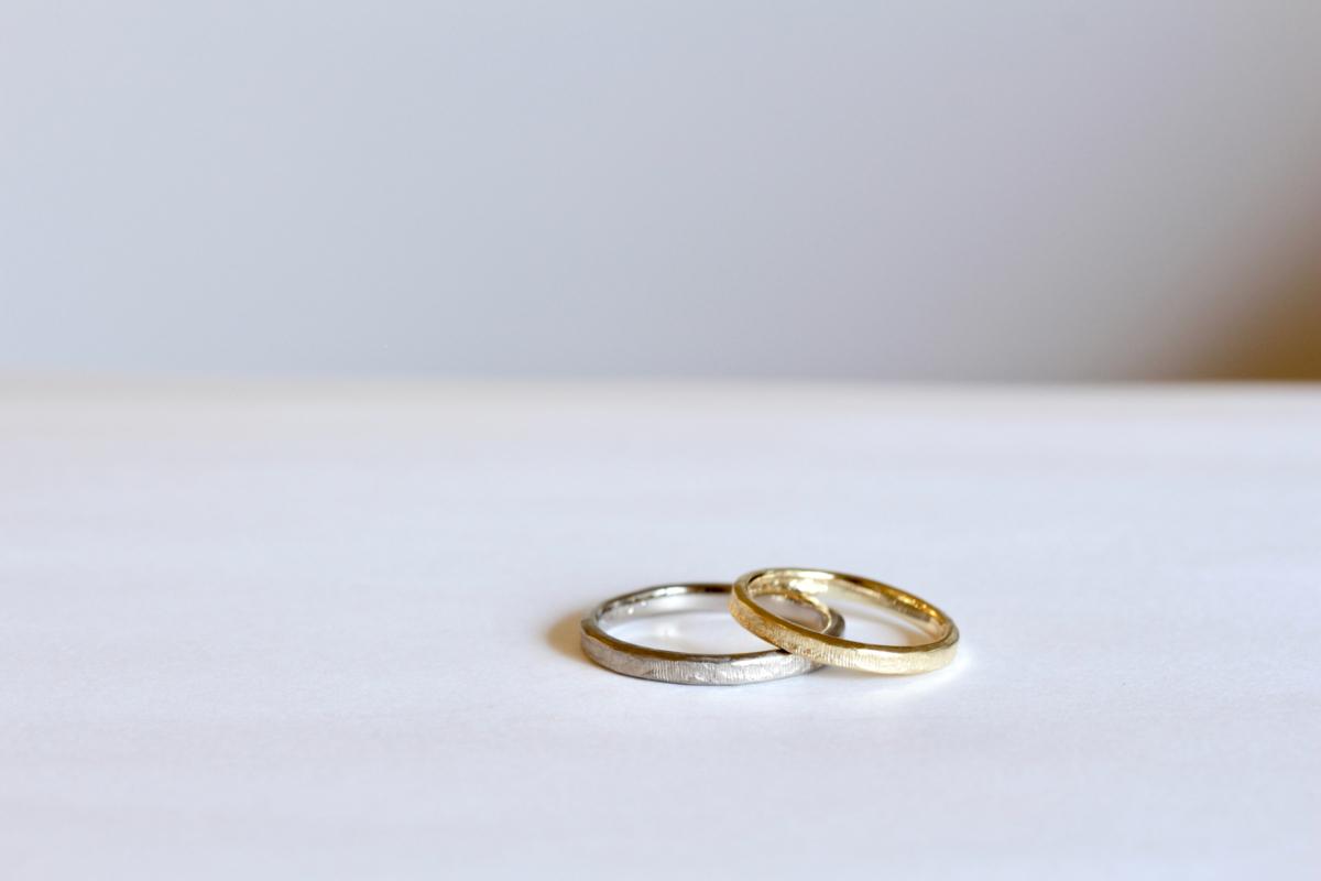 木目をイメージした結婚指輪